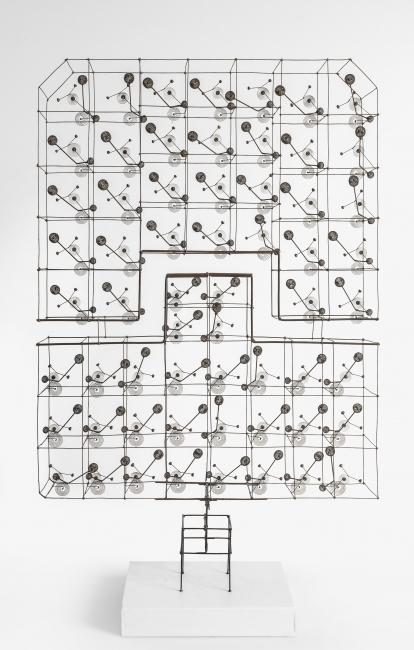 """Günter Haese, 360780, """"Konvent"""", brass, phosphorous bronze and dark brown matte varnish, 1977, 51 x 32,5 x 6,5 cm. — Cortesía de la Galería Elvira González"""