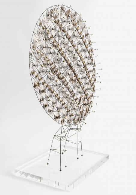 "Günter Haese, 360793, ""Chronos"", brass and phosphorous bronze 2004, 62 x 47 x 16 cm. — Cortesía de la Galería Elvira González"