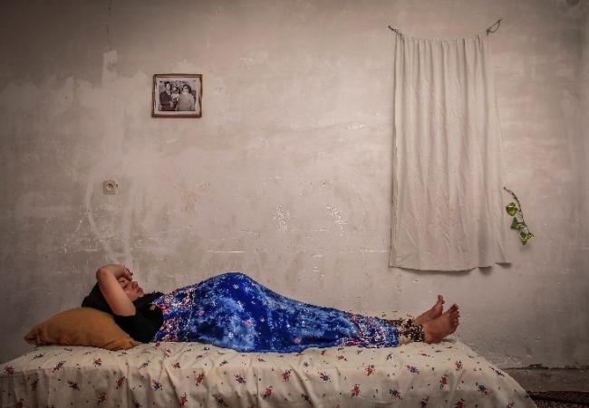 Mohsen Kaboli. Madre sustituta: Zahra descansa en la casa de su madre en los últimos meses de embarazo — Cortesía de la Real Academia de Bellas Artes de San Fernando