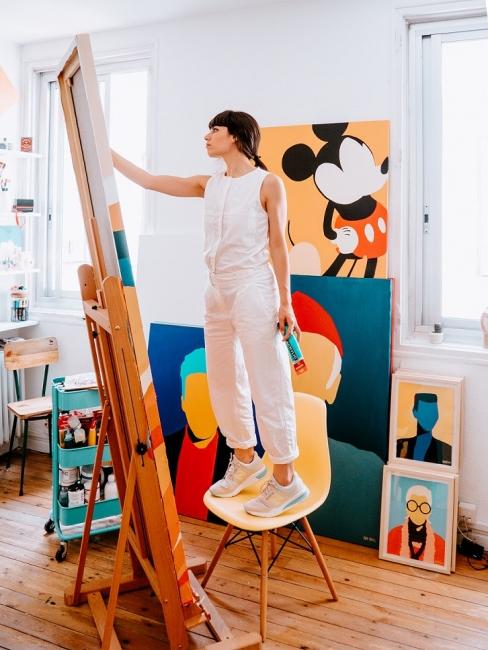 Coco Dávez en su estudio — Cortesía de Lobby Art Gallery del Hotel Emperador