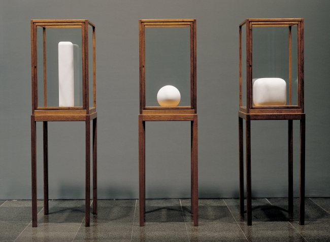 James Lee Byars, The Figure of Question, The Spherical Book i The Soft Cube, 1986. Col·lecció MACBA. Fundació MACBA © James Lee Byars, 2017. Fotògraf: Rocco Ricci – Cortesía del MACBA