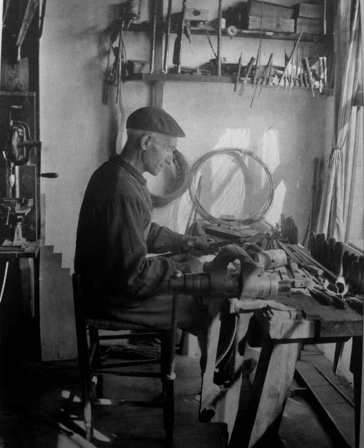 Fabricante de bastones vascos en su taller de Larressore — Cortesía de PHOTOMUSEUM. Argazki & Zinema Museoa