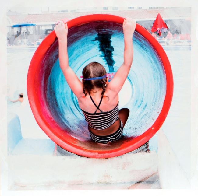 Eva Blanch, SERIE TOBOGAN ROJO #4 Trenzas, 2019. 60 x 60 cm. Fotografía intervenida montada en madera. Impresión en papel Hahnemühle (200gr.) y pintura acrílica — Cortesía de N2 Galería