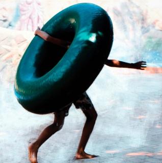 Eva Blanch, SERIE DONUTS VERDES # 7, Mano, 2019. 22 x 22 cm. Fotografía intervenida montada en madera. Impresión en papel Hahnemühle (200gr.) y pintura acrílica — Cortesía de N2 Galería