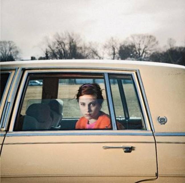 Cig Harvey, The Pale Yellow Cadillac, Sadie, Portland, Maine, 2010 © Cig Harvey — Cortesía de la Fundación Foto Colectania