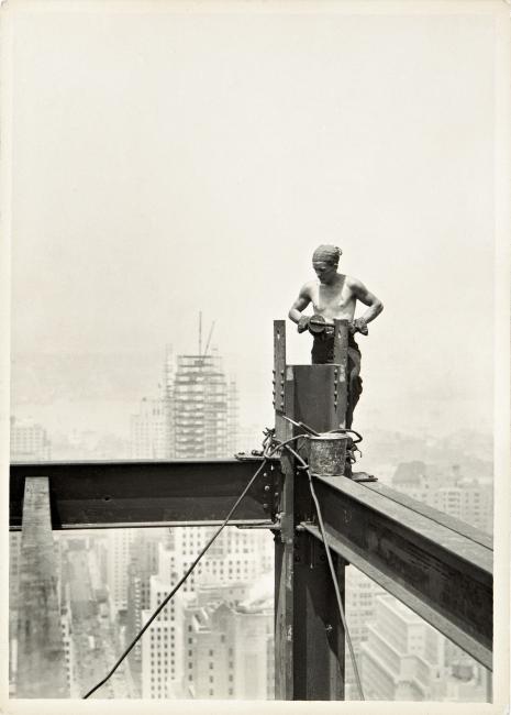 Lewis Hine, On the Hoist, Empire State Building, 1931. Libre de derechos — Cortesía de la Fundación Foto Colectania