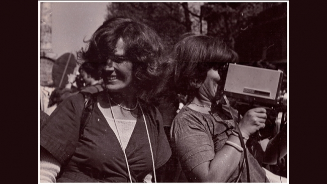Micha Dell-Prane, Delphine Seyrig and Ioana Wieder holding a camera during a demonstration, 1976. Fotografía en blanco y negro. Cortesía del Centre audiovisuel Simone de Beauvoir // Cortesía del Museo Reina Sofía