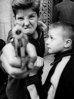 William Klein. Gun 1, Broadway 103rd St., New York, 1954 — Cortesía de Fundació Catalunya La Pedrera