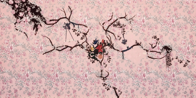 Estefanía Martín Sáez. Lujo y luto I, 2017. Técnica mixta sobre tela estampada. 150 x 300 cm. Colección de la artista — Cortesía del Museo ABC