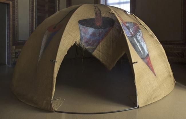 Mario Merz. Igloo [Tenda di Gheddafi], 1968-1981. Tubos de hierro, acrílico sobre lienzo de yute. 250 x 500 cm. Castello di Rivoli Museo D'Arte — Cortesía del Museo Reina Sofía