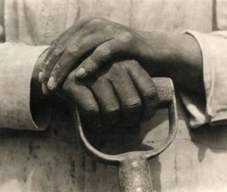 Tina Modotti. Hands resting on a shovel, 1926 © Tina Modotti. Cortesía Throckmorton Fine Art