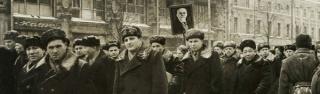 Homens em marcha, 1958. Moscou - Rússia. Detalhe de fotografia de Luciano Carneiro / acervo IMS.