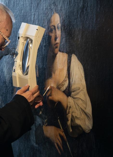 Ubaldo Sedano restaurando © 2018 Museo Nacional Thyssen-Bornemisza — Cortesía del museo