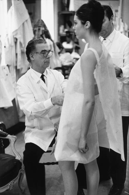 Cristóbal Balenciaga trabajando en su atelier de París. Año 1968 © Henri Cartier-Bresson / Magnum Photos / Contacto — Cortesía del Museo Cristóbal Balenciaga