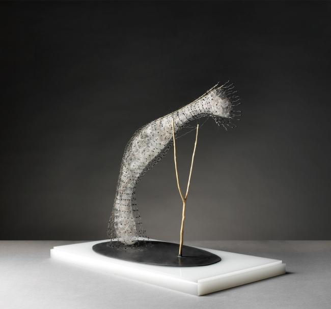 Antonio Crespo Foix, Aero?filo I, 2019. Alambre, madera, plomo, materias vegetales y lana, 55 x 29 x 50 cm. — Cortesía de Michel Soskine Inc.