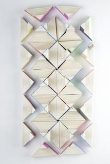 "Rui Horta Pereira. ""Polifónica"", madeira e cartolinas de cor, dimensões variáveis, 2020 — Cortesía de PORTA33"