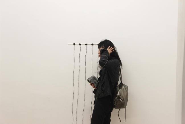 Exhibition view with visitor. Foto ©Michaela Tomaselli