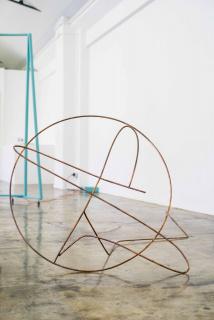 """Andreia Santana, """"Gestural Tool (beat pattern 1)"""", 2019, Cobre   Copper, 90 x 100 x 200 cm. — Cortesía de la Galeria Filomena Soares"""