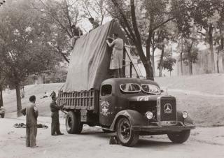 Cargamento de los camiones de la evacuación con destino a Valencia Anónimo