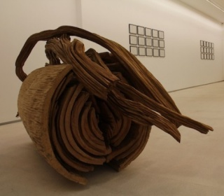 Imagem da exposição do artista Alberto Carneiro, realizada em 2014 na Galeria Fernando Santos, Porto, da autoria de Guilherme Carmelo