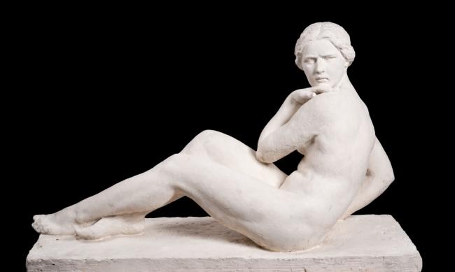 August Maillard. guix. dona sentada. 100 x 68 cm. — Cortesía del Gran Teatre del Liceu