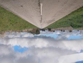 Rui Calçada Bastos. Return to sender, 2020. Estrutura de madeira, envelope de papel, projecção vídeo (loop). Dimensões: 33 x 54,8 x 43 cm. — Cortesía de Galeria Bruno Murias
