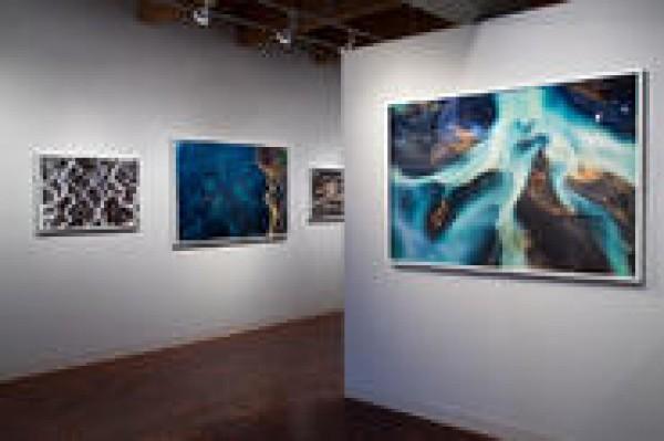 Daniel Beltrá, Install Image 1, 2016. Cortesía del artista y de Catherine Edelman Gallery