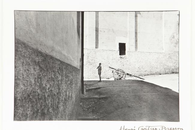 """Henri Cartier Bresson, """"Salerno, Italia"""", 1933. Copia al gelatino bromuro de plata, 24x35,5 cm., Colección Museo Nacional de Bellas Artes — Cortesía del MNBA"""