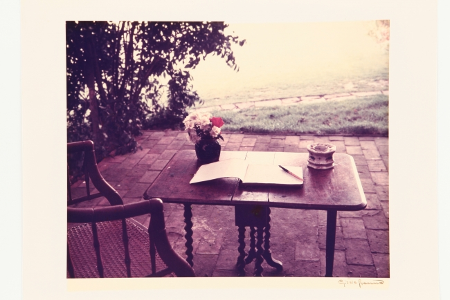 "Gisèle Freund, ""Virginia Woolf's working table, Sussex"", 1965. Copia cromogénica, 23,9x30 cm., Colección Museo Nacional de Bellas Artes — Cortesía del MNBA"