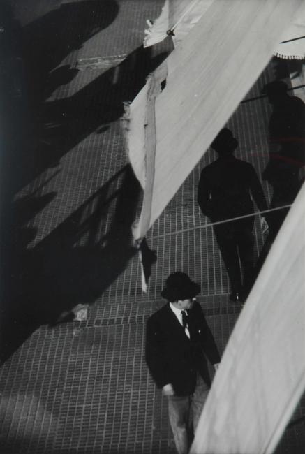 """Horacio Coppola, """"Calle Corrientes al 3000"""", 1931. Copia al gelatino bromuro de plata, 28x19 cm., Colección Museo Nacional de Bellas Artes — Cortesía del MNBA"""