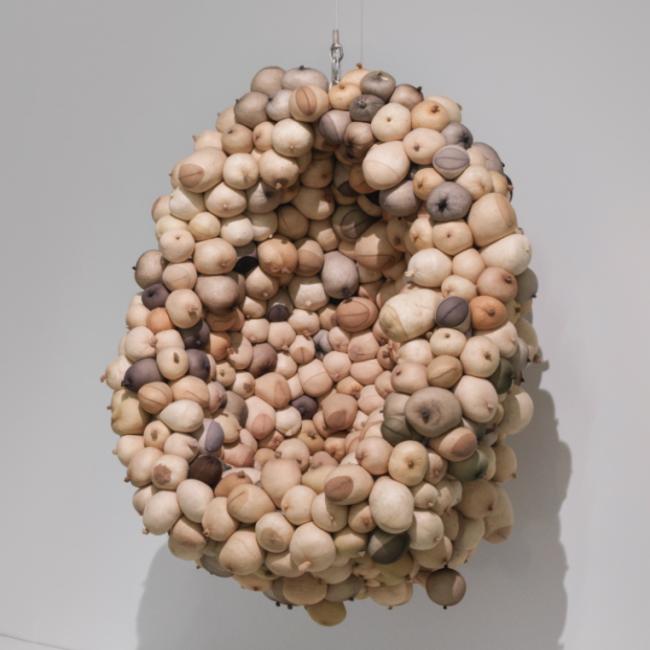 sarah lucas, vista de instalación de au naturel, new museum, nueva york, 2018 | cortesía de la artista y new museum, nueva york | foto: maris hutchinson / epw studio