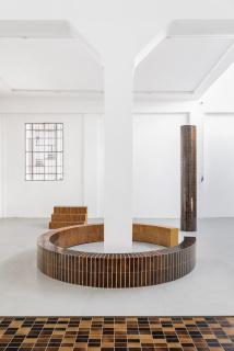 """Studio Sarmite, Alfombra """"Pine Skins"""" (2019) y jarrones """"Pine Resin"""" (2020) — Cortesía de CentroCentro"""