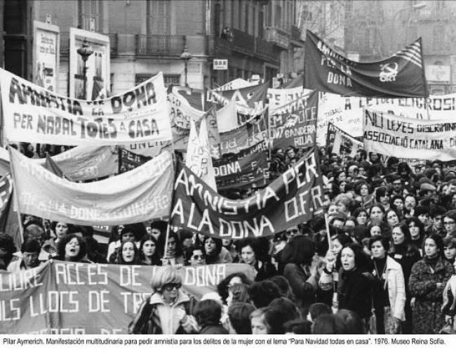 """Pilar Aymerich. Manifestación multitudinaria para pedir amnistía para los delitos de la mujer con el lema """"Para Navidad todas en casa"""", 1976 — Cortesía del Museo Nacional Centro de Arte Reina Sofía"""