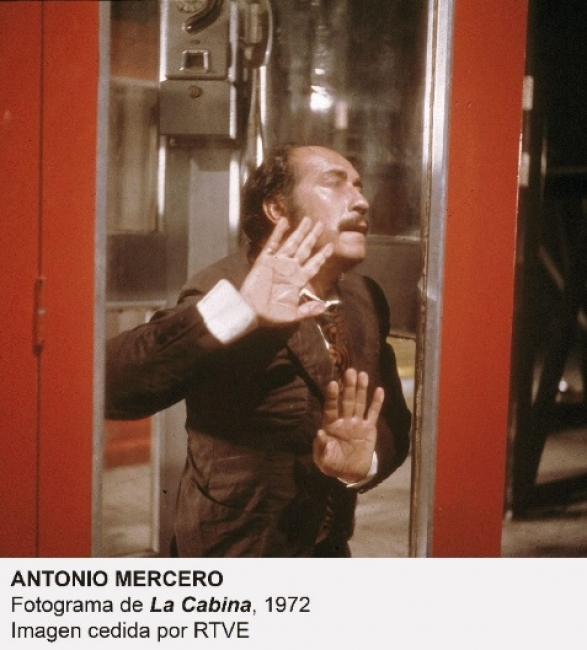 """Antonio Mercero, Fotograma de """"La Cabina"""", 1972. Imagen cedida por RTVE — Cortesía de Museo Nacional Centro de Arte Reina Sofía"""
