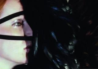 Rebecca Horn, Cockfeather Mask, 1973 (fotograma del vídeo). Performances II. Película de 16 mm transferida a vídeo, color, sonido. Duración: 38'. Cortesía de la artista. © de la obra, Rebecca Horn, VEGAP, Palma, 2018  Rebecca Horn, Cockfeather Mask, 1973