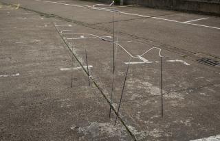 Esther Gatón. quanella, quanela, 2019. Hierro, efecto piedra, gorro de natación. 210x150x47 cm. — Cortesía de la galería Luis Adelantado