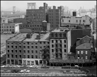 Danny Lyon. El área del Puente de Brooklyn vista desde el tejado del Hospital Beekman, 1967 © Danny Lyon/Magnum Photos — Cortesía de PHotoEspaña