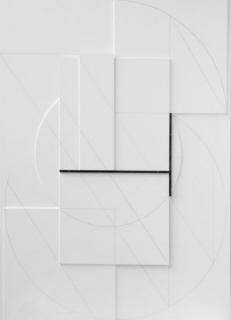 Stanislav Kolival. White Relief, No.XXIII, wood, graphite drawing and iron 150 x 108 x 5 cm, 2011. Cortesía de Frameless Gallery y Merzbau Gallery