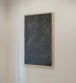 "Rita Gaspar Vieira: ""Desvio"", 2020, Manufactured cotton paper dyed with graphite powder, produced on a table/support of the Viarco Pencil Factory, 101 x 65 cm, Col. Marin.Gaspar — Cortesía de la Galeria Belo-Galsterer"