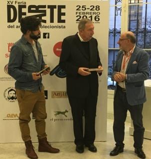 Los artistas Juan Navarro Baldeweg y Carlos Iglesias Faura recibiendo los respectivos premios por parte de Miguel Tugores, presidente de la Fundación DEARTE