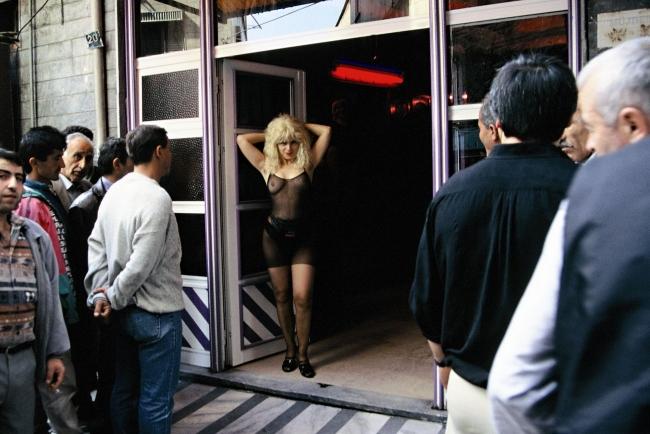 ?ükran Moral, Bordello, 1997 (fotograma del vídeo). Vídeo de la performance. © de la obra, ?ükran Moral, 2018 — Cortesía de Es Baluard