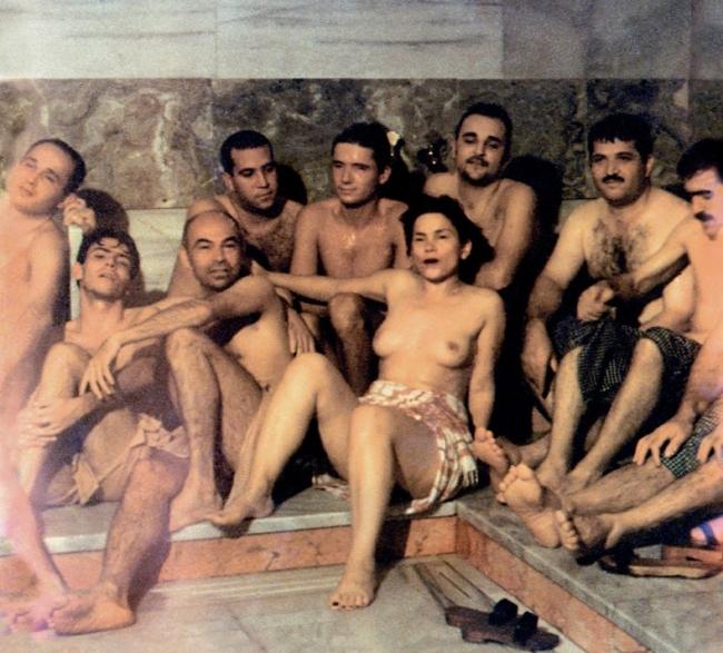 ?ükran Moral, Hamam, 1997 (fotograma del vídeo). Vídeo de la performance. © de la obra, ?ükran Moral, 2018 — Cortesía de Es Baluard