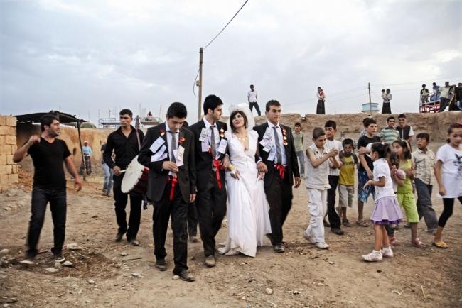 ?ükran Moral, Married with Three Men, 2010 (fotograma del vídeo). Vídeo de la performance © de la obra, ?ükran Moral, 2018 — Cortesía de Es Baluard