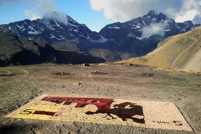 Luna Bengoechea, A cua?nto esta? la libra, 2014, site specific con semillas en La Paz (Bolivia). Cortesía Galería Lucía Mendoza
