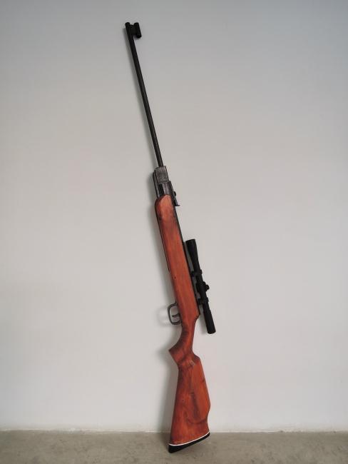 Klaas Vanhee. Untitled (air gun), 2019. wood, glue, screws, copper, pvc, spray paint, oil, varnish 118x23x4cm. — Cortesía de la Galería silvestre