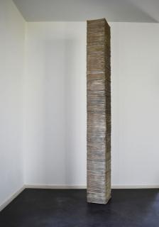 Nuno Nunes-Ferreira: um ano #4, 2021. Perio?dicos y estructura interior de MDF. 275x30x36 cm. — Cortesía de la Galería Juan Silió