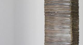 Nuno Nunes-Ferreira: Um ano #4 (detalle), 2021. Periódicos y estructura interior de MDF. 275x30x36 cm. — Cortesía de la Galería Juan Silió