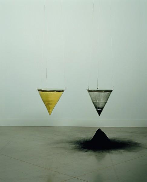 Rebecca Horn, Der Zwitter, 1987. Embudos de cristal y metal, carbón en polvo y azufre