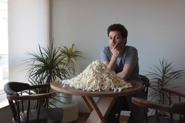 Rubén Ramos frente a una de sus obras