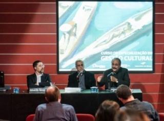 Eduardo Saron,Teixeira Coelho e Alfons Martinell, em uma edição anterior do Curso de Gestão e Políticas Culturais (Foto: Divulgação)